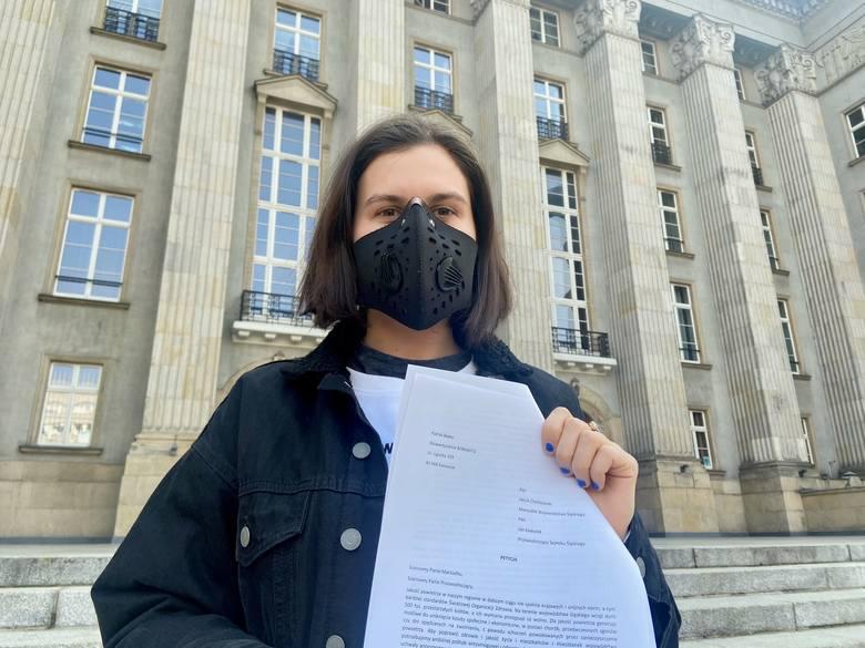 Natalia Wrocławska z petycją przed Urzędem Marszałkowskim w Katowicach