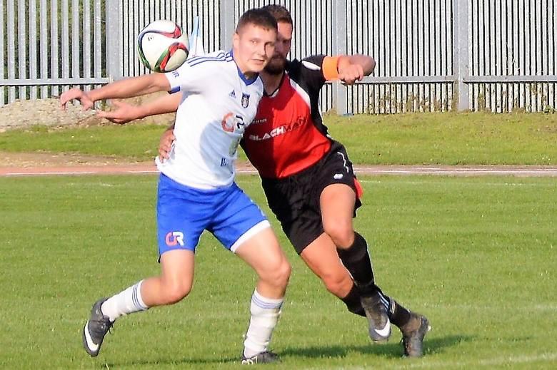 Tomasz Kaleta (przodem) zdobył dwa gole dla Unii Oświęcim w zwycięskim dla niej meczu nad Iskrą Klecza (3:0) w grupie zachodniej IV ligi piłkarskiej