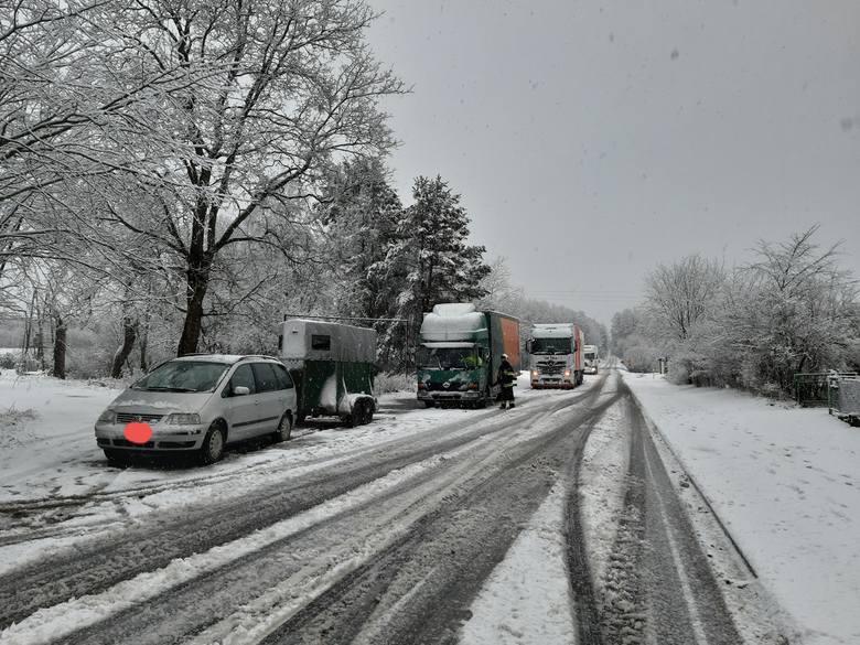 Sobotnie intensywne opady śniegu spowodowały duże utrudnienia na drogach, włącznie z krajowymi. W wielu miejscach samochody ciężarowe nie mogły podjechać