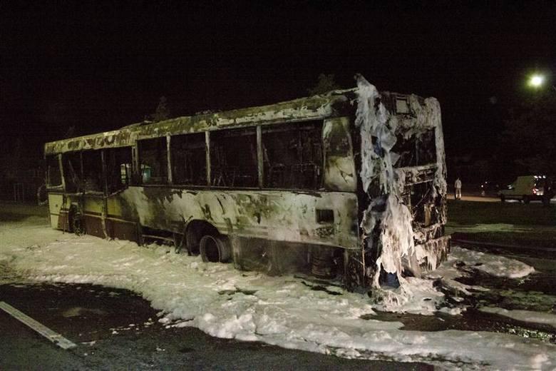 Autobus linii nr 17 spłonął w alei Witosa w Opolu.