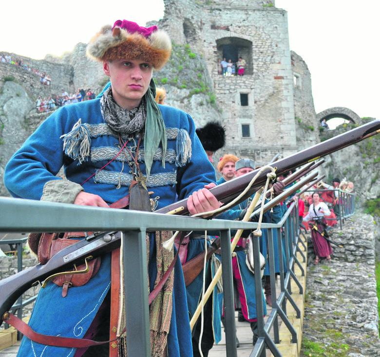Jurajskie warownie np. Zamek Ogrodzieniec, bywają scenerią historycznych inscenizacji, a beskidzcy górale chętnie pokazują turystom swoje tradycje