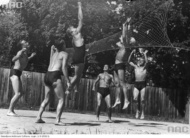 Uczestnicy obozu treningowego podczas gry w siatkówkę. Wrzesień 1939.
