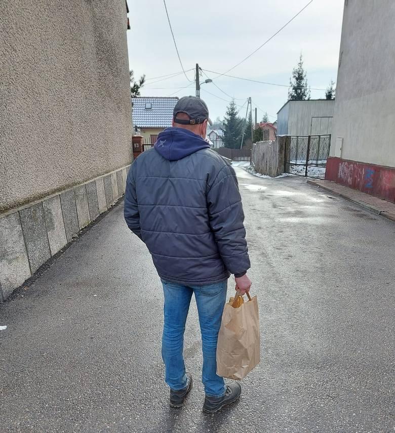 Policjantki dostarczają co pewien czas żywność oraz ubrania ubogim, którymi zaopiekowały się tej zimy