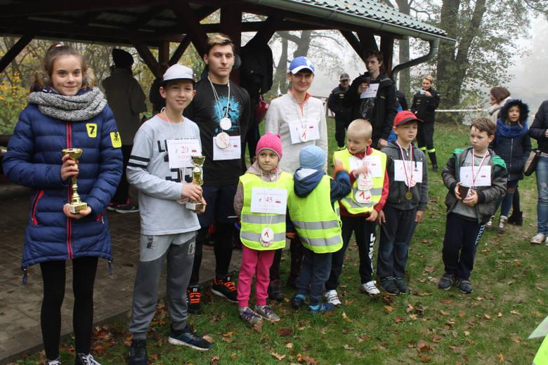 W piątek, 9  listopada, uczniowie szkoły podstawowej i dzieci z oddziału przedszkolnego w Sieniawie wzięły udział w biegach. Trasa dla dzieci starszych