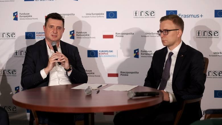 Dokument podpisali wiceprezes Grupy Azoty S.A.  Grzegorz Kądzielawski oraz dyrektor generalny Fundacji Rozwoju Systemu Edukacji dr Paweł Poszytek.