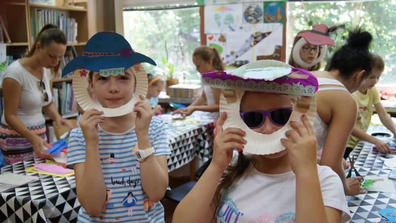 Letnie kapelusze, czyli warsztaty plastyczne w MBP w Skierniewicach [ZDJĘCIA]