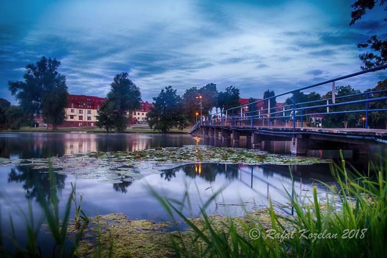 STRZELCE KRAJ. FOTOGRAFICZNY SPACER PO MIEŚCIE. Jezioro położone w centrum Strzelec współtworzy klimat miasta. Teraz trwają tu spore inwestycje – np. przebudowane są pomosty