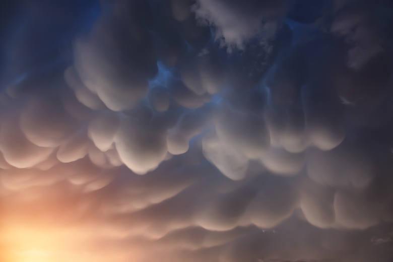 Cylindryczne chmuryJednymi z najciekawszych kształtów do obserwacji na niebie są chmury cylindryczne, które wyglądają jak zestaw podwieszonych piłek,