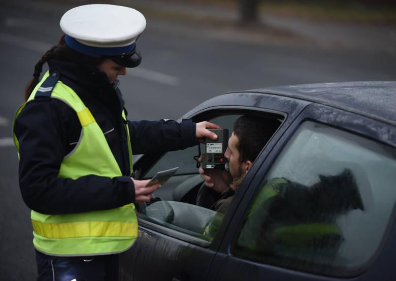 Utrata prawa jazdy to nic przyjemnego i raczej każdy kierowca stara się jeździć tak, żeby te uprawnienia nie zostały mu odebrane i żeby nie dać się złapać
