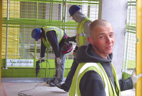 - Skoro mam płacić kary, wolę się wymeldować z Polski - powiedział Leszek Właźniak z Sidry, który pracuje na budowie w Londynie. - Zarabiam w Anglii
