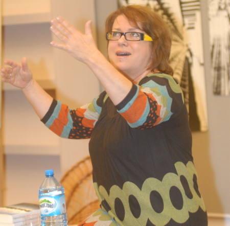 Małgorzata Kalicińska, warszawianka, zadebiutowała w wieku 50 lat. Jej pierwsza książka rozeszła się w nakładzie ponad 60 tys. sztuk, podobnie jak druga.