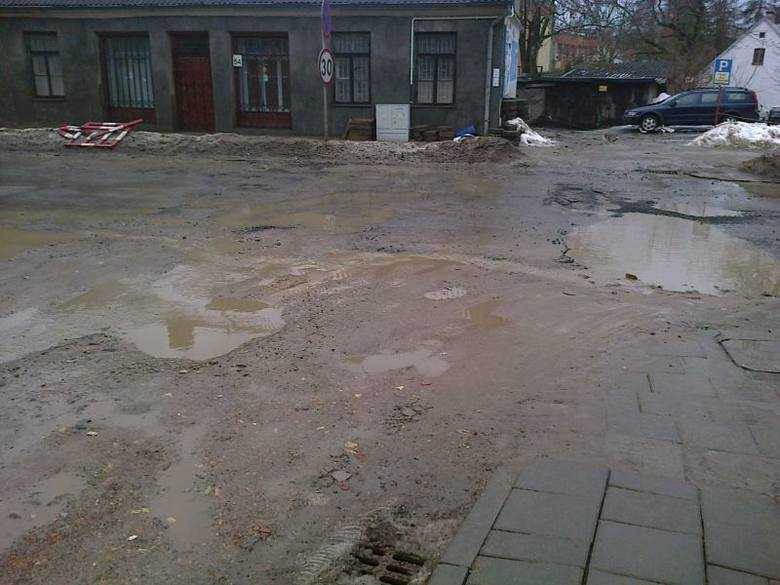 - Chciałabym zwrócić uwagę na skandaliczny stan ulicy św. Wojciecha - pisze Internautka.