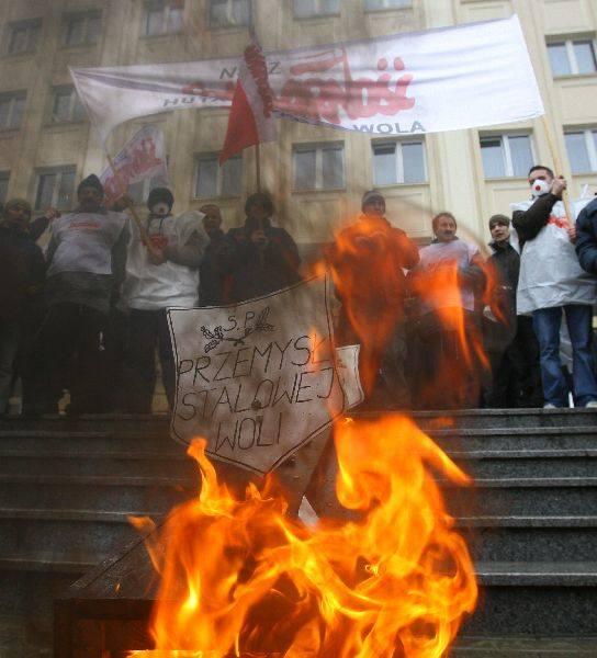 Manifestacja w RzeszowieKilka tysiecy związkowców manifestowalo dziś w Rzeszowie. Protest mial zwrócic uwage rządu na problemy związane z kryzysem i