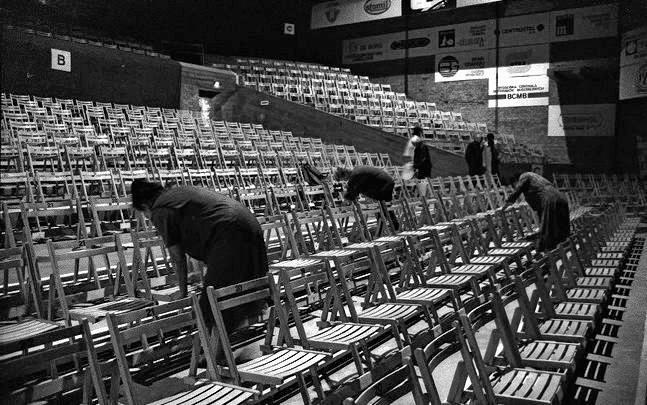 Dzisiejszym melomanom trudno sobie wyobrazić, że tak wyglądała widownia. Drewniane krzesła pożyczono od... wojska.