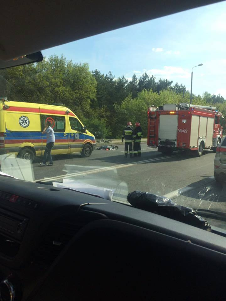 Do zdarzenia doszło w środę, kilkanaście minut po godzinie 16.00. Samochód osobowy potrącił motocyklistę. Zderzenie samochodu osobowego z motocyklem