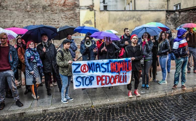 """Protestujący stali w strugach deszczu, trzymali transparent z napisem: """"Zamiast homilii, stop pedofilii!"""", a przez megafon krzyczeli: """"Księża nie są"""