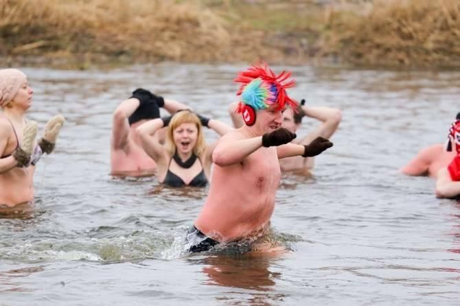 Choć pogoda może morsom nie sprzyjała, to i tak w niedzielę wspólna kąpiel przysporzyła wszystkim dużo radości. Ponad 150 wielbicieli zimnej wody z klubów z całego kraju spotkało się w Wasilkowie podczas Ogólnopolskiego Zlotu Morsów.