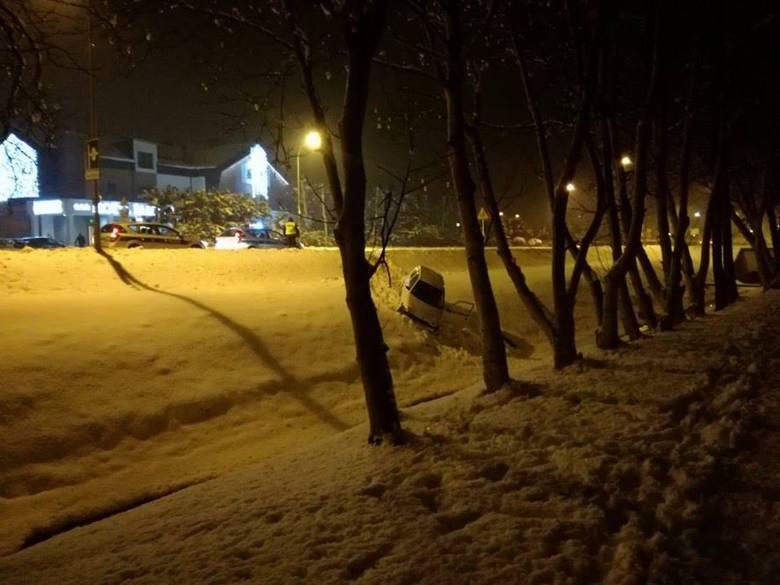 Na osiedlu Baranówka w Rzeszowie samochód wypadł z jezdni.Zdjęcia otrzymaliśmy przed chwilą od Czytelniczki. Gdy wyszła z domu pobiegać, natknęła się