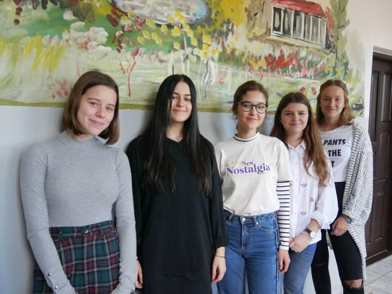 Kandydatki na przewodniczącą szkoły. Od lewej: Weronika Bobola, Magda Hyżniak, Weronika Kowalczyk, Gabriela Przychodzeń i Paulina Woźniak.