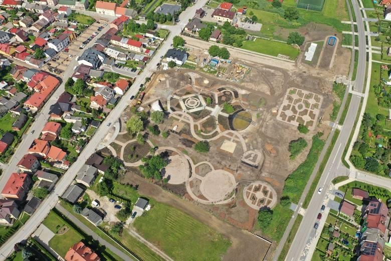 Ale kolos! Park miejski w Chęcinach dwa miesiące przed zakończeniem budowy. Zobacz zdjęcia z drona i wizualizacje