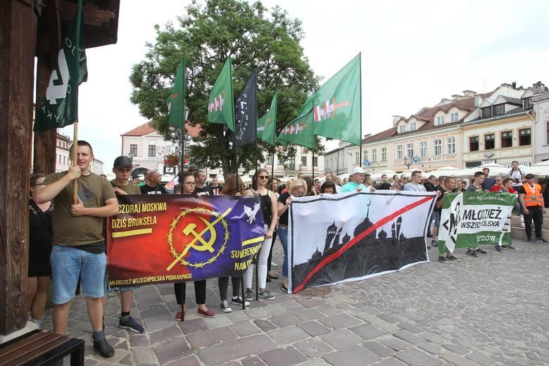 Narodowcy wykrzykiwali hasła przeciw imigrantom i przeciw prezydentowi Rzeszowa, natomiast manifestacja KOD-u odbywała się w milczeniu. Jej uczestnicy trzymali egzemplarze konstytucji. <br />