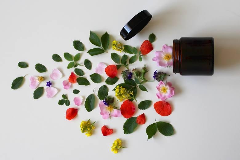 Naturalny znaczy bezpieczny – tak uważają klientki, które na co dzień wybierają naturalne kosmetyki. Czy to jednak reguła? Jakie jeszcze mity wpływają