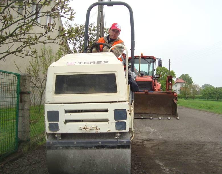 Maszyny drogowców w końcu wjechały na drogę z Bycza do Tarnowa Byckiego. Sławomir Pawlik z nowosolskiej firmy Daw-Bud małym walcem równa dojazdy do