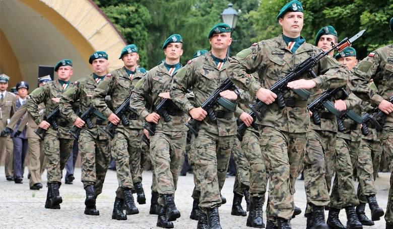 Średnie uposażenie żołnierzy zawodowych w 2019 r. wzrośnie o 655 zł ze średnio ok. 4875 zł do ok. 5530 zł brutto. Rozporządzenie MON, na który powołuje