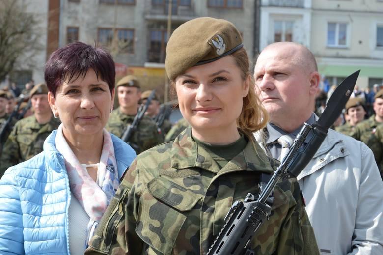 Prawie 300 osób złożyło przysięgę wojskową podczas uroczystości na Rynku w Ostrowcu Świętokrzyskim. Dołączyli tym samym do ponad 700 żołnierzy Wojsk