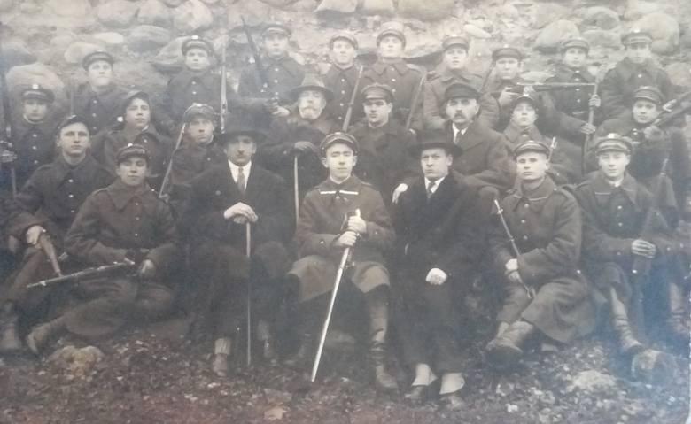 Wacław Jurkojć (w kapeluszu, z prawej) został zaproszony do jednostki w Wilnie
