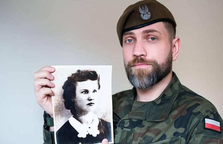 Jakub Warzecha prezentuje zdjęcie swojej babci - sanitariuszki Armii Krajowej, Aldony Warzechy.