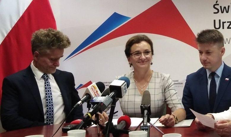 Wojewoda Agata Wojtyszek poinformowała o dużych pieniądzach na drogi w towarzystwie wicewojewody Bartłomieja Dorywalskiego i senatora Krzysztofa Sło