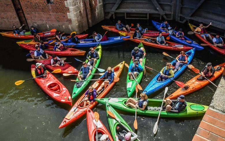 W niedzielne (12 lipca) przedpołudnie druga z wycieczek cyklu Spływy z historią, organizowanego przez Muzeum Kanału Bydgoskiego, rozpoczęła się poza