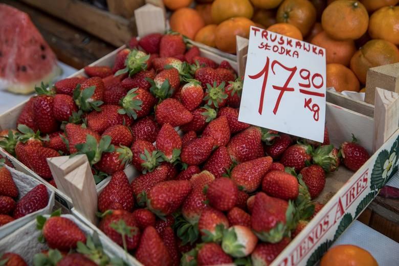 Krajowe truskawki są jeszcze spod folii, a ich cena waha się od 17 zł w Lubuskiem po 23 zł w Lubelskiem.