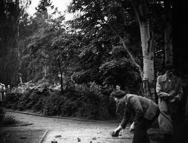 Jako broni demonstranci używali kamieni i wyrwanego z ulicy bruku. Tu dwóch mężczyzn wyrywa kostkę z drogi przy Elżbietankach.