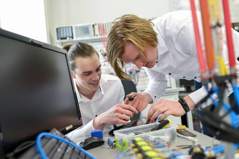 Prototyp sztucznej dłoni stworzyli dwaj studenci Politechniki Opolskiej w ramach swoich prac dyplomowych.