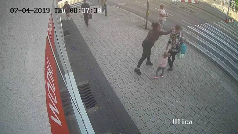 Kobieta, która kilkanaście dni temu zaatakowała na ul. Głogowskiej w Poznaniu ciężarną z dzieckiem, trafiła do szpitala psychiatrycznego. Chociaż na