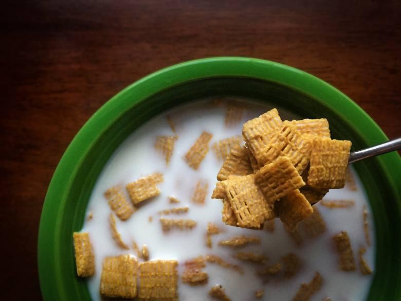 Płatki śniadaniowe - pozornie będące bardzo zdrowym wyborem skrywają w 100 gramach 3 łyżeczki cukru. Pozbawione cukru są jedynie płatki, które w swoim