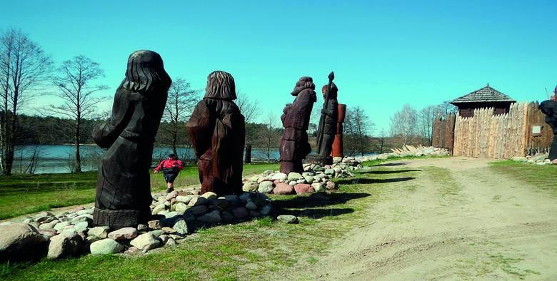 """""""Gród Foluszek"""" na Pojezierzu Brodnickim Należy do bractwa rycerskiego. To miejsce na żywą przygodę z historią i archeologią. Odbywają się tutaj m.in."""