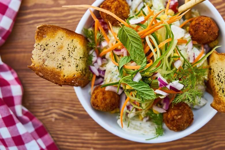 """Zdrowe śniadanie może składać się z sałatki, np. w ciekawej formie z nitkami """"spaghetti"""" z warzyw takich jak cukinia i marchewka. A do tego kotleciki"""