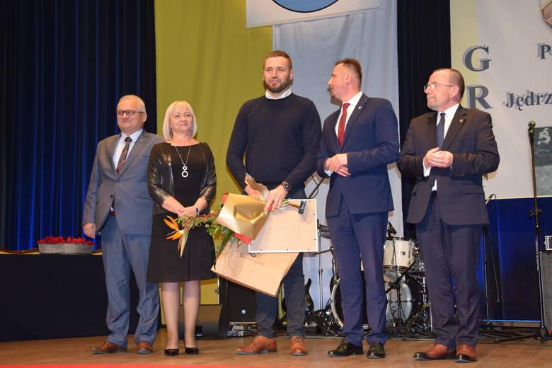Gala Złotych Gryfów Powiatu Jędrzejowskiego. 10 laureatów, wspaniałe muzyczne występy i humor Stefana Wyczyńskiego (ZDJĘCIA)