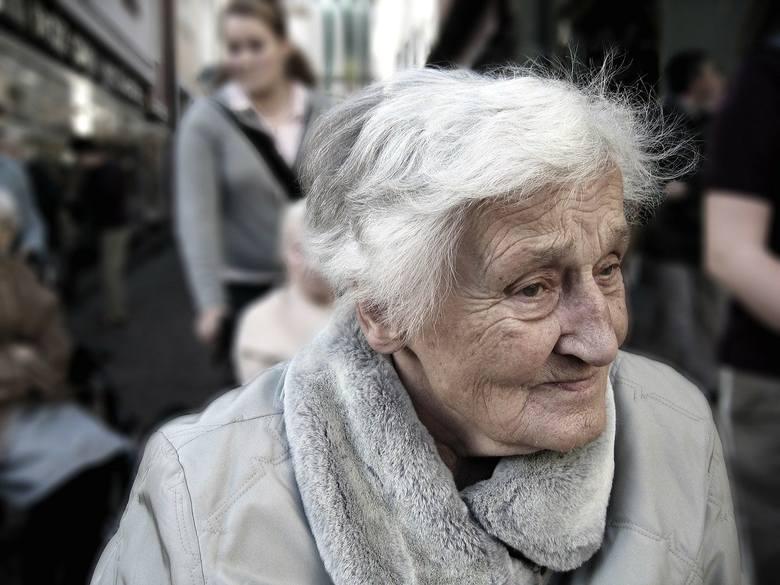Dodatek pielęgnacyjny Dotyczy osoby uprawnionej do emerytury lub renty, jeżeli została uznana za całkowicie niezdolną do pracy oraz do samodzielnej egzystencji