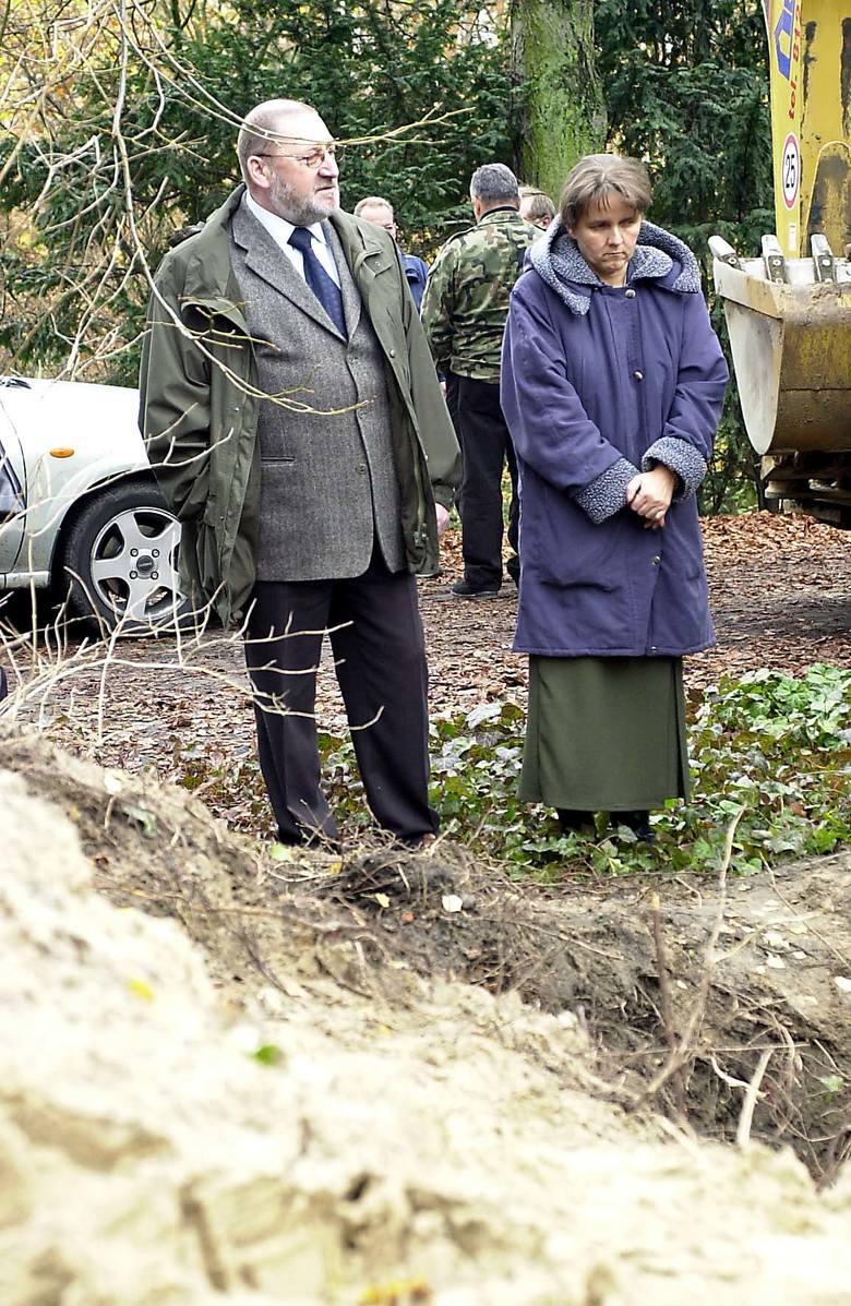 W miejscu feralnego wykopu mogła biec przed wojną linia pochowań -  przypuszczają Maria Michalak i Andrzej Macioszek (na zdjęciu). Jednak po wojnie nie