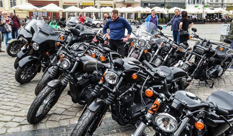 Na Starym Rynku w Bydgoszczy stanęła wielka ciężarówka z harleyami.To wszystko w ramach 44. Europejskiego zlotu motocykli tej marki. Na imprezie miało
