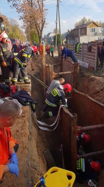 Wypadek przy pracy w Suchedniowie. Pękła rura, osunęła się ziemia. Jedna osoba w szpitalu