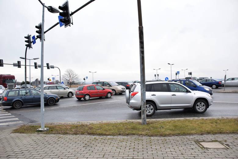 Paraliż na ważnym skrzyżowaniu na krajowej 28 w Krośnie. Wiatr złamał wysięgnik sygnalizacji [ZDJĘCIA]