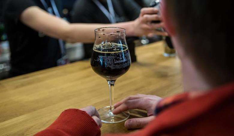 Jeśli piwo, to podczas kameralnych spotkań z przyjaciółmi, jeśli wino, to w rodzinnym gronie, jeśli zaś wódka, to najczęściej na imprezie – tak w świetle