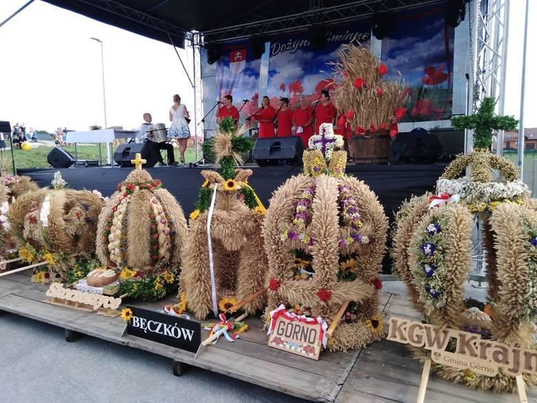 Mieszkańcy Górna bawią  się w czwartek, 15 sierpnia na gminnych dożynkach, które zorganizowano w mini Kadzielni. Scenę ozdobione wieńcami ze zbóż i ziół.