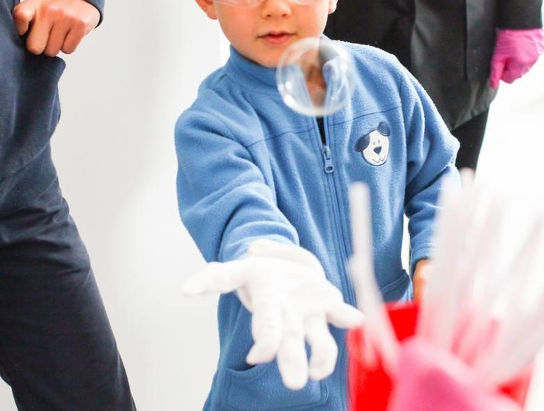 – Sprawdzimy, czy bańki mydlane mogą lewitować lub płonąć. Dowiemy się, czy bańki da się zamrozić. Co ważne, poznamy recepturę na roztwór, dzięki któremu
