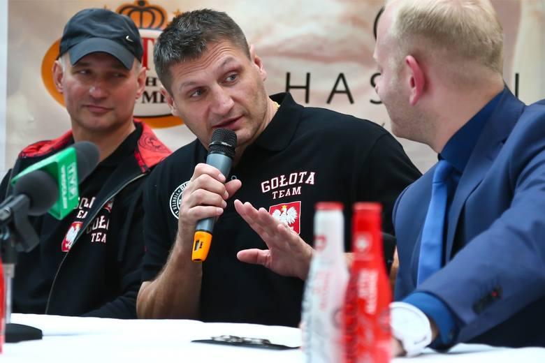 Andrzej Gołota... odkurza psa. Pięściarz walczy z nudą podczas kwarantanny [WIDEO]